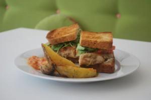Sandwich de pollo con berenjenas ahumadas. Foto: Catalina Grecco